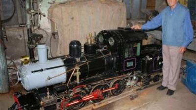 La Paz: A los 84 años cumplió su sueño: Construyó la réplica de una locomotora a vapor
