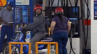 """El """"sin casco no hay nafta"""" no es aceptado por estaciones de servicio de Mendoza"""