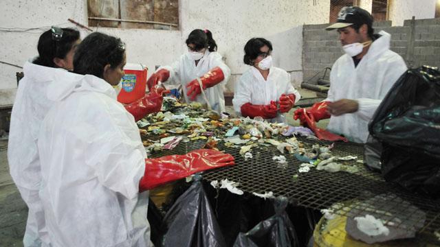 Un equipo de especialistas caracteriza la basura en vistas a poner en marcha la planta de tratamiento