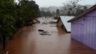 Misiones: Más de 350 familias debieron ser evacuadas en unas ocho localidades afectadas por la crecida de ríos y arroyos