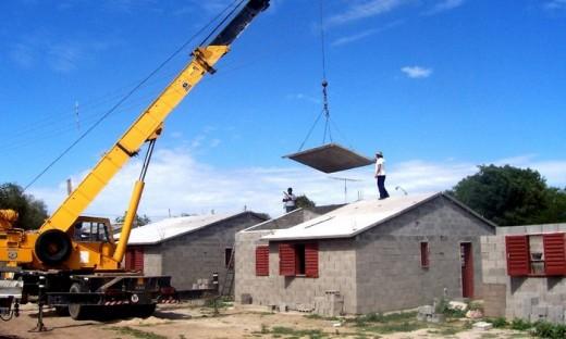 Varias de las obras prometidas contemplan planes de viviendas sociales en el interior cordobés.