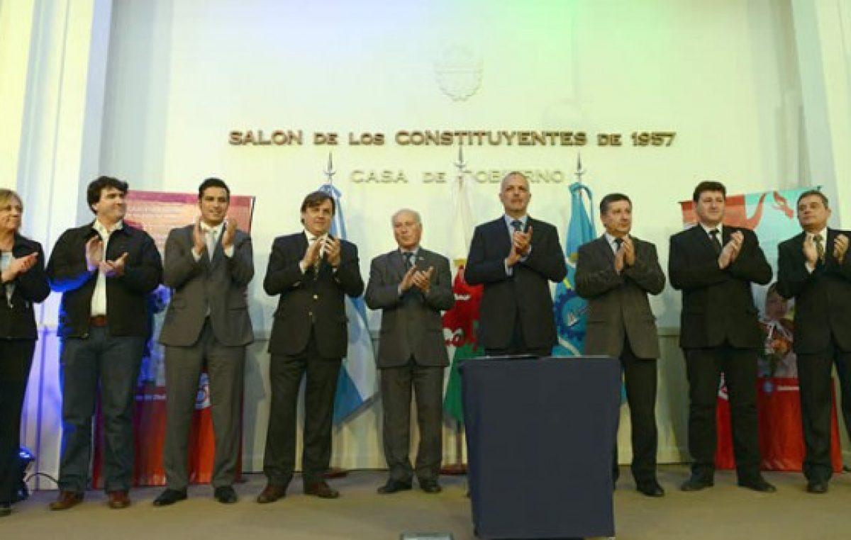 El Gobernador de Chubut firmó un acuerdo con 7 intendentes por los 150 años de la gesta galesa