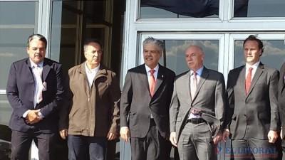 Mientras el Paraná avanza, acordaron la revisión del contrato de Yacyretá