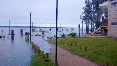 La crecida del río Uruguay ya inundó la zona baja de la costanera de Concordia
