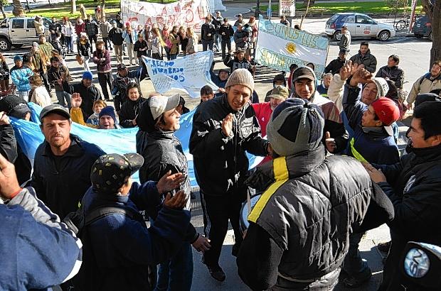 Protesta frente al municipio. Cartoneros y miembros de organizaciones sociales, que los apoyan, se hicieron oír en las escalinatas de Alsina 65. Esta vez no hubo caballos.