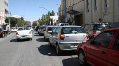 Neuquén: Estacionar en doble fila, una falta cada vez más común