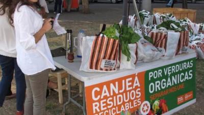 Vecinos del distrito sur de Rosario canjean residuos reciclables por verduras