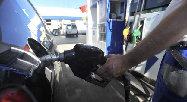 """En algunas localidades la """"tasa vial"""" ronda los $0,40 por litro."""