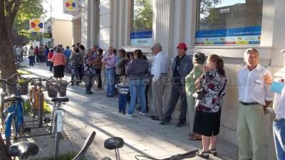 """Santa Fe: Por el """"trato digno"""" en la cola de los bancos"""