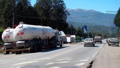 Cada mes, medio centenar de camiones cruzan Villa la Angostura con cargas peligrosas
