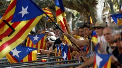 Cataluña apura el paso y convoca a su propio referéndum de independencia