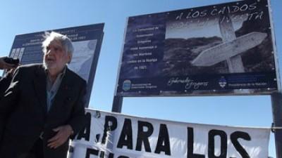 El Historiador Bayer participó en la señalización de tumbas de la Patagonia Trágica