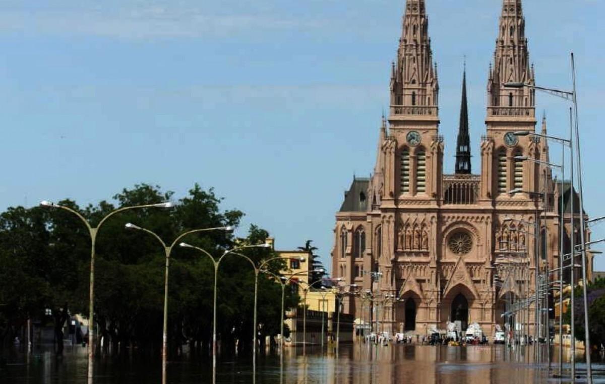 Inundaciones: el agua llegó a la basílica de Luján y hay 340 evacuados