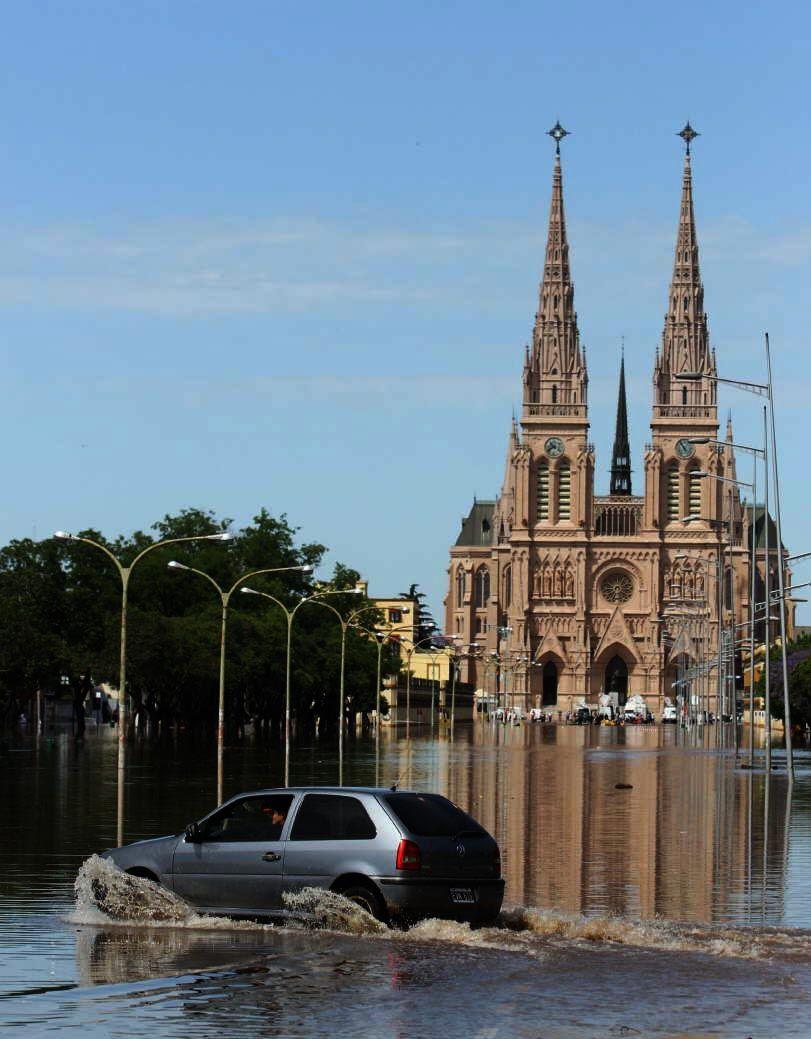 El río Luján creció más de 5 metros e inundó todo.