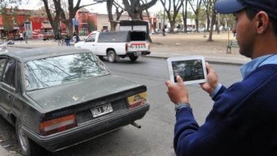 Salta: Los vecinos podrán mandar a Tránsito fotos de vehículos en infracción.