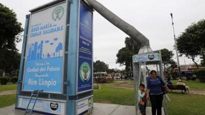 En Perú construyen árboles metálicos para reducir la contaminación