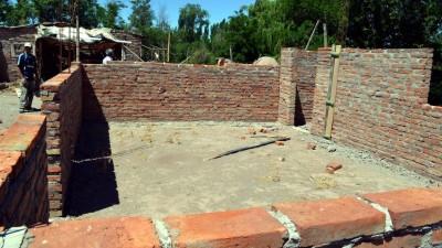Villa Atuel: Construyen sus casas después de salir del trabajo