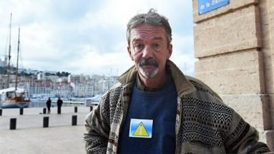 Francia: obligan a los sintecho a llevar triángulos amarillos