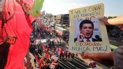 Miles de campesinos marcharon al Congreso de Paraguay para reclamar la renuncia de Cartes