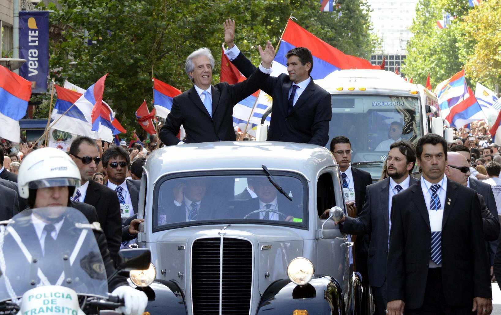 Tabaré Vázquez, y el vicepresidente, Raúl Sendic, desfilaron desde el Palacio Legislativo hasta la Plaza Independencia en un Fordson 1951.