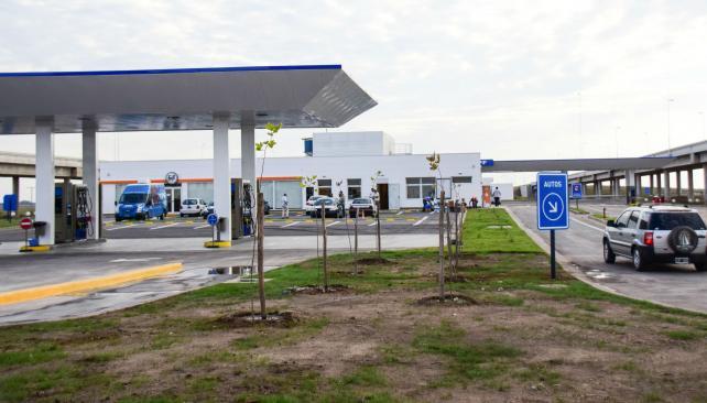 Habilitada. La enorme estación de YPF está en el centro de la autopista. Para ubicarla, se sobreelevaron los carriles de ambas manos