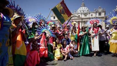 Con desfiles y música, Bolivia llenó de color el Vaticano antes del viaje del papa Francisco a Sudamérica