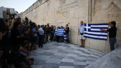 Peligra el gobierno griego tras ceder ante Europa