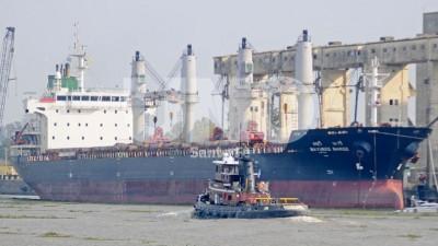 Un buque granelero completa la carga de 530 camiones con trigo en el Puerto de Santa Fe