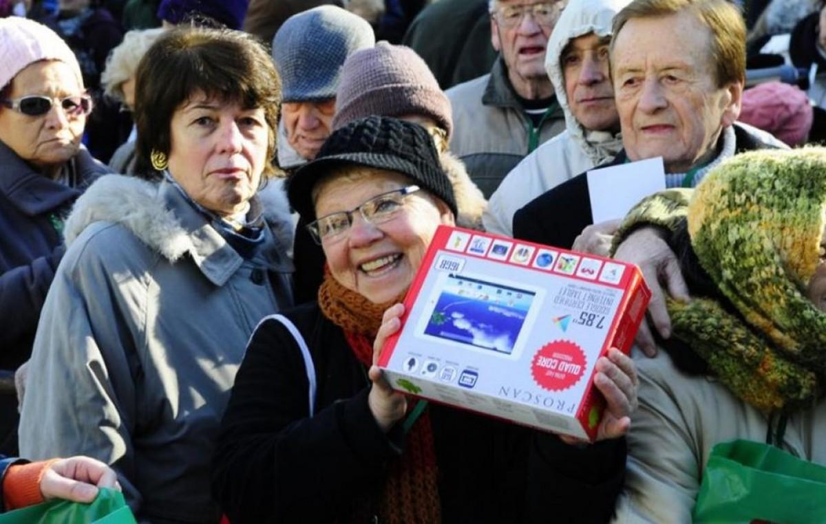 Los jubilados uruguayos comienzan a recibir tablets y conexión a internet
