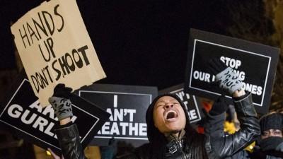 A un año de la muerte del joven negro que desató las protestas en EEUU, el racismo policial continúa
