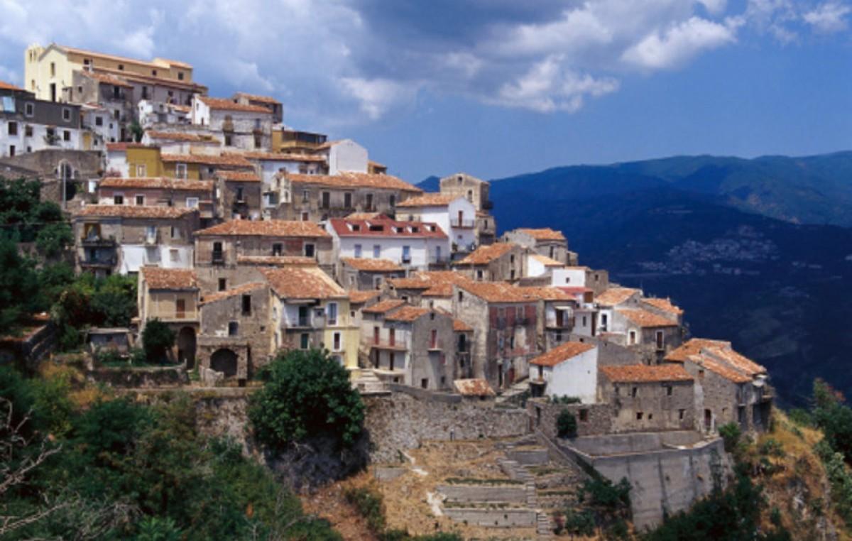 Italia: El Alcalde de Sellia prohíbe por ley que sus conciudadanos se mueran
