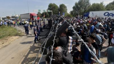 Países europeos bloquean fronteras y dejan en vilo a miles de refugiados