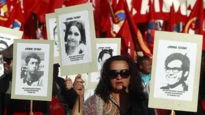 Multitudinaria marcha en homenaje a víctimas de la dictadura en Chile