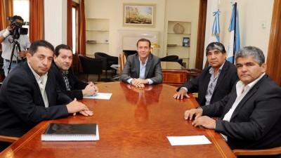 El Gobernador de Neuquénles sigue prestando el oído a los intendentes