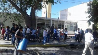 Empleados de Rivadavia se manifiestaron frente al edificio municipal por despidos