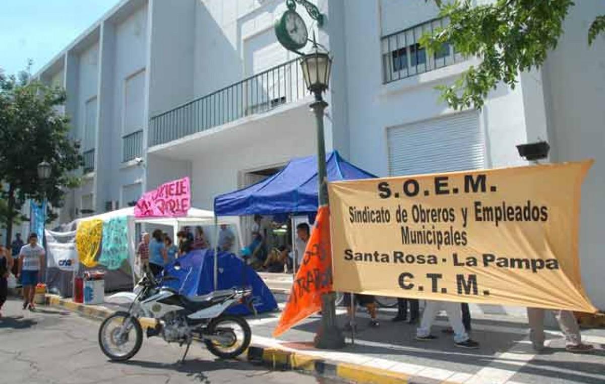 Excontratados de Santa Rosa – La protesta se instaló frente al municipio y no se vislumbra una solución