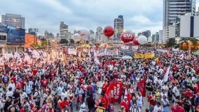 Los seguidores de Dilma y Lula inundaron este viernes las calles de Brasil