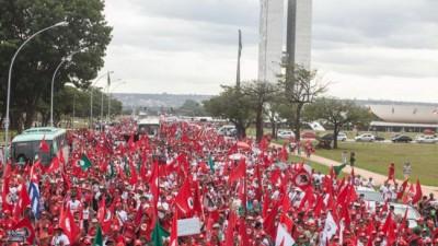 Campesinos «sin tierra» acampan en Brasilia en defensa de Rousseff