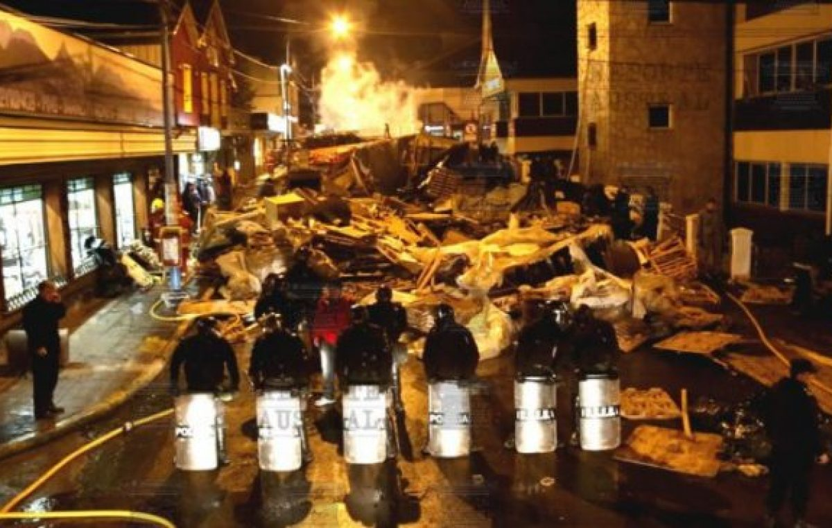 Fin del acampe: La Policía desalojó y desarmó las carpas frente a Casa de Gobierno de ierra del Fuego