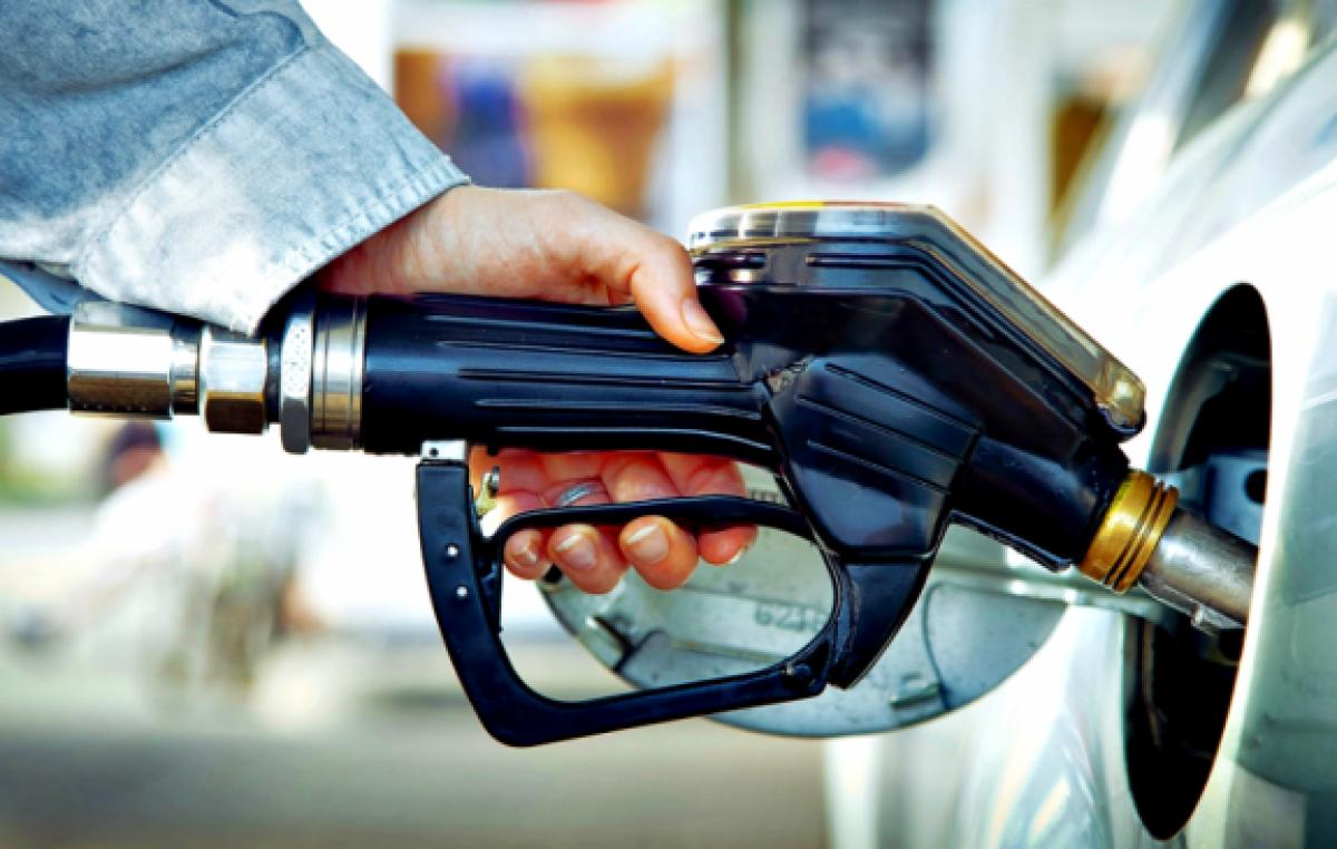 Argentinos cruzan la frontera para cargar nafta y comprar otros productos
