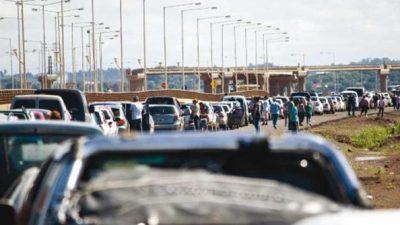 Posadas: 10 km de cola para cruzar a Paraguay a cargar combustibles