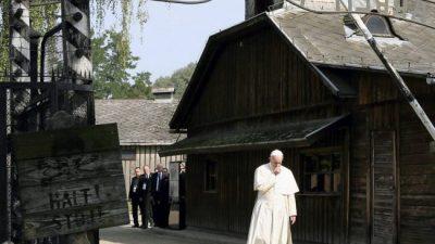 Francisco visitó los campos de exterminio nazis con un recorrido en silencio
