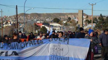 Municipales de Caleta Olivia abandonaron piquetes pero bloquearon sectores operativos