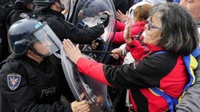 El peor cambio: El Gobierno reprimió una protesta de jubilados en el Puente Pueyrredón