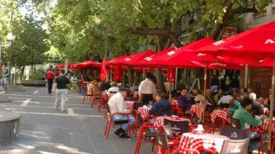 La ciudad de Mendoza quiere unidad estética en veredas de bares y restoranes