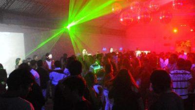 En los pueblos bonaerenses permitirían que los jóvenes vayan a bailar desde los 16 años