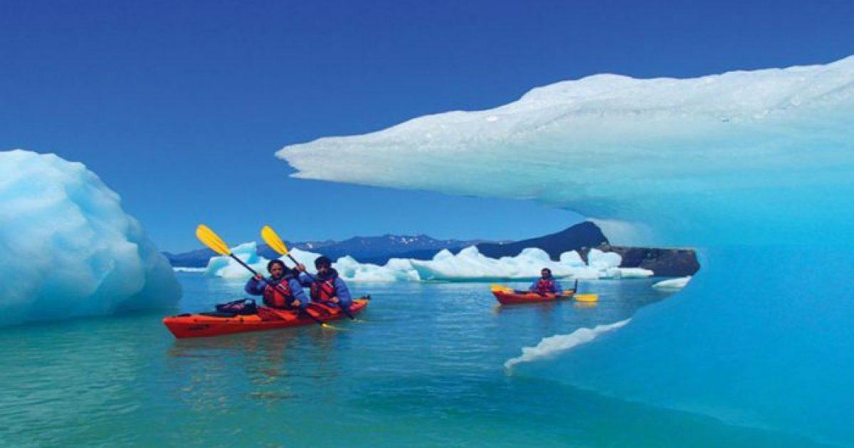 En kayaks entre los témpanos del Upsala