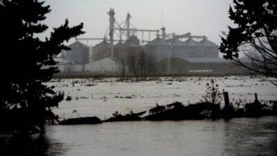 """""""Es tanta la inundación que el agua brota del asfalto"""""""