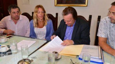Firman convenio para concretar mejoras en barrios de Paraná