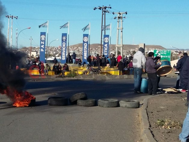 Continúa la medida de fuerza de los municipales en el acceso norte de Caleta Olivia